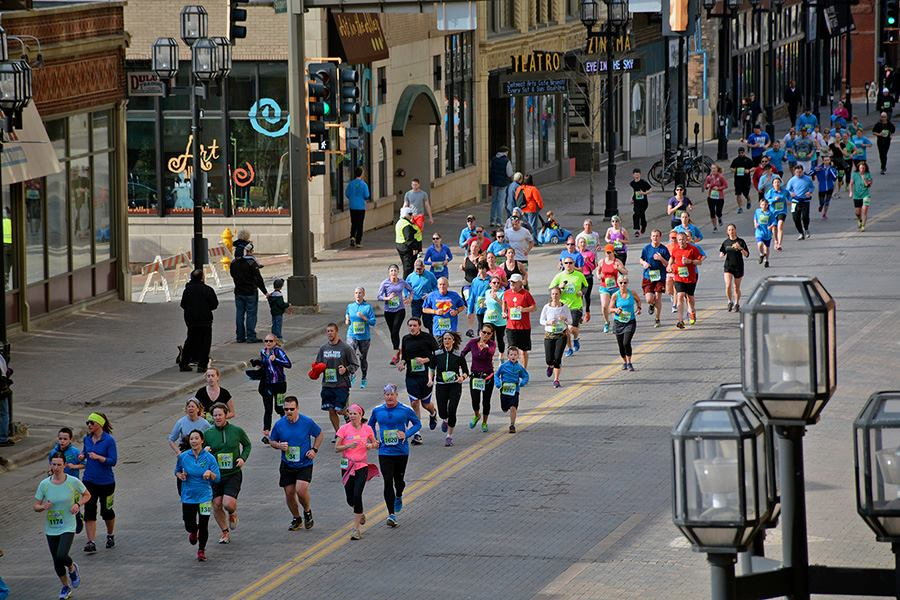 Runner's in downtown Duluth...almost at the finish.